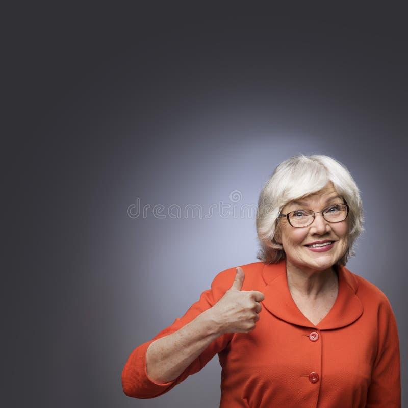 Dame supérieure montrant le pouce  image libre de droits