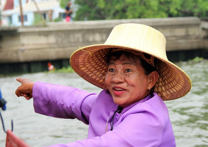 Dame thaïlandaise vendant ses marchandises d'un petit bateau sur la rivière à Bangkok photo stock
