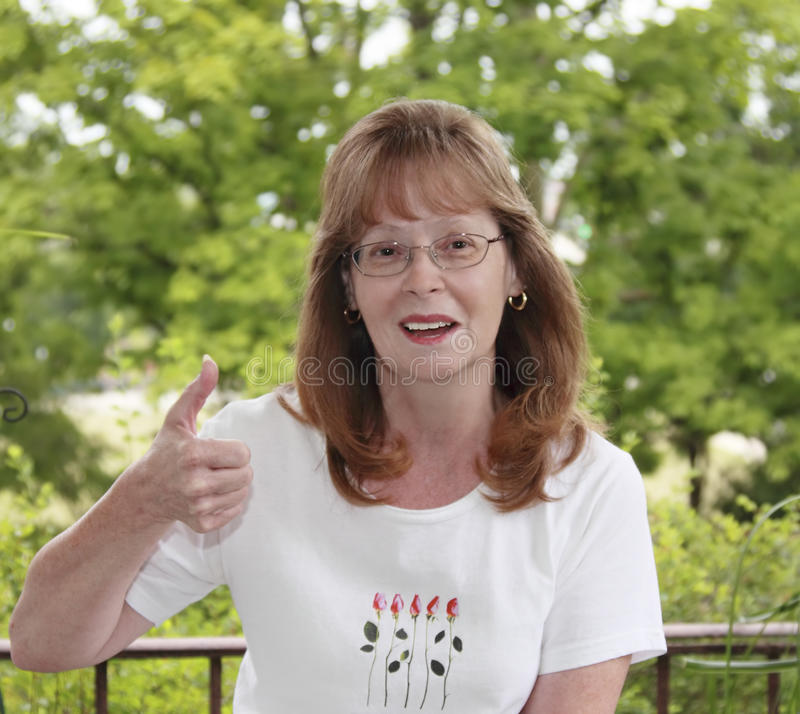 Dame With Thumbs Up stockfotos