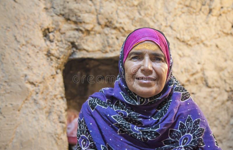Dame von Oman, die für eine Kamera lächelt stockbild