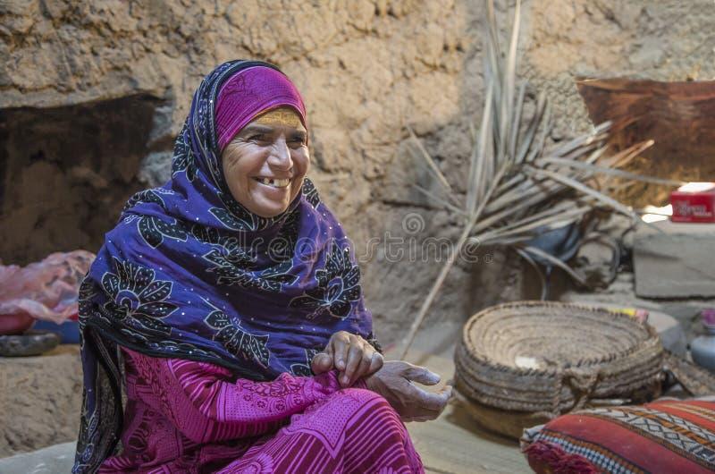 Dame von Oman in iraditional Ausstattung stockbild
