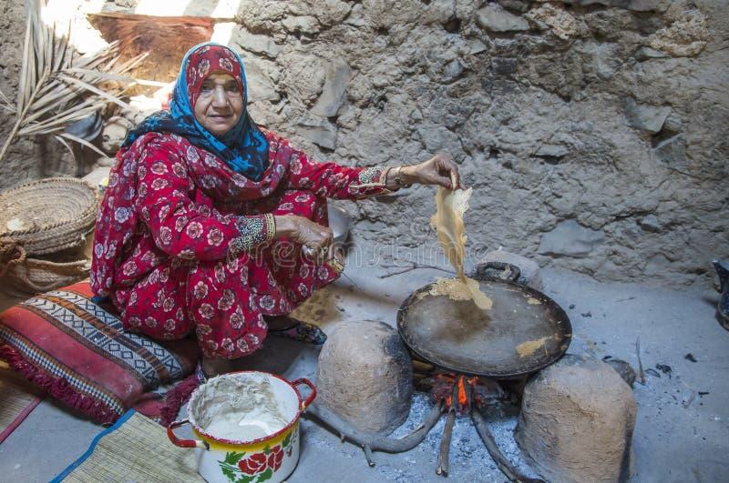 Dame von Oman in iraditional Ausstattung stockfotos