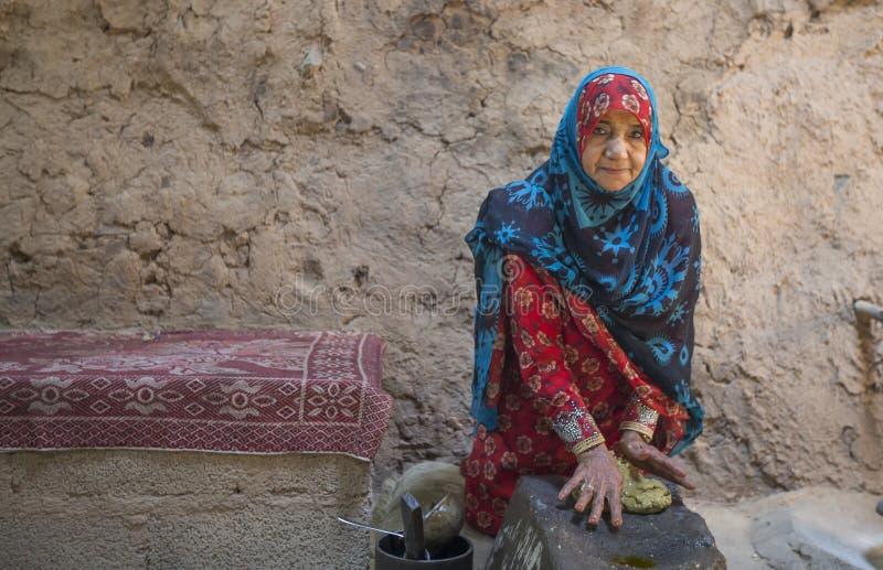 Dame von Oman in iraditional outfot stockbilder