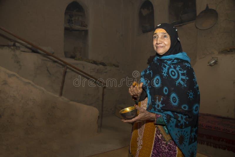 Dame von Oman mit Sandelholzpaste auf ihrer Stirn stockbild