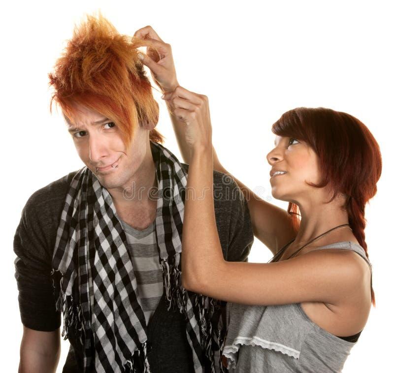 Dame Working mit dem Haar des Mannes lizenzfreies stockbild