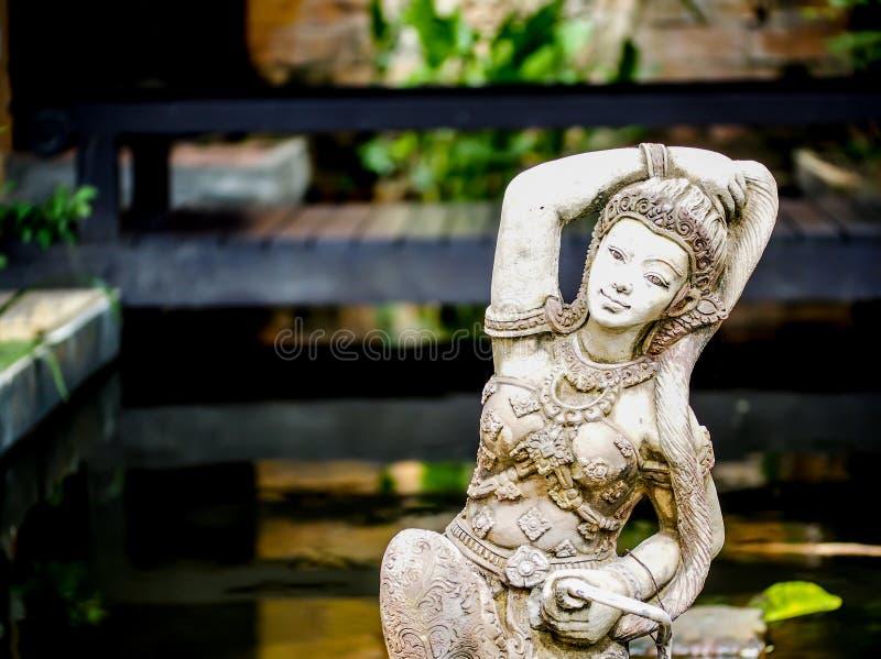 Damebeeldhouwwerk in een de stijltuin van Bali stock foto's