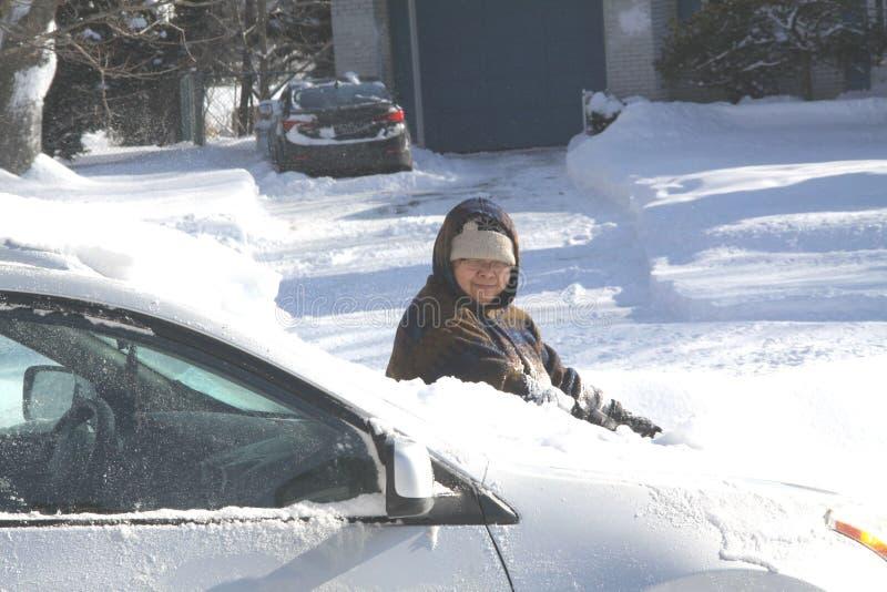 Download Damecleaning Snow From Auto Stock Afbeelding - Afbeelding bestaande uit onweer, vrouw: 107707917