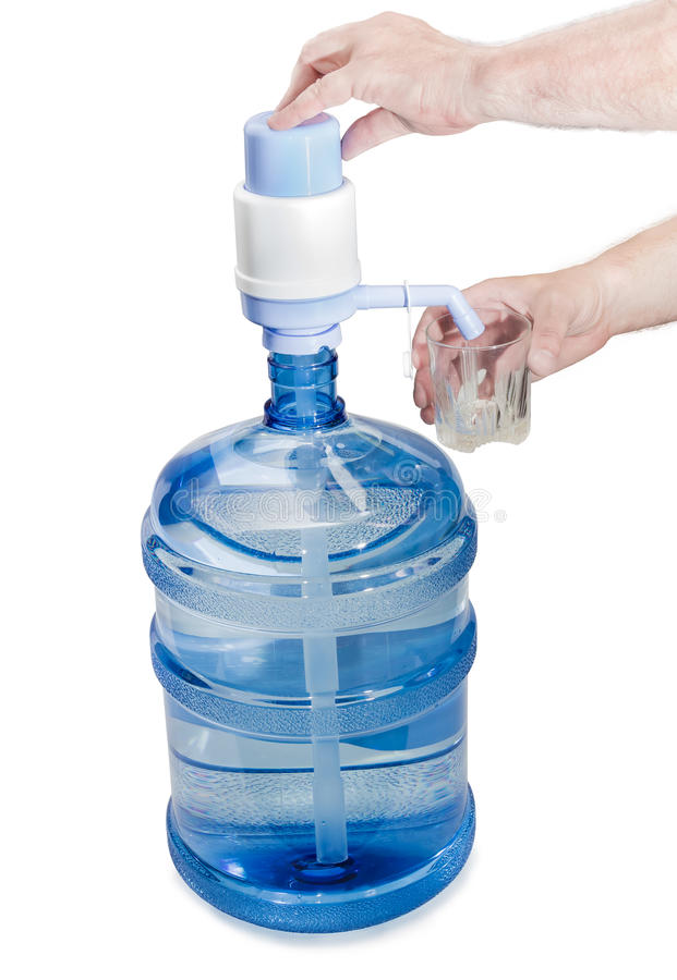 Damejeanne med dricksvatten, handpumpen och ett exponeringsglas i en mans han royaltyfria bilder