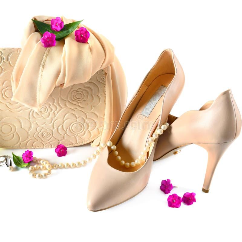 Damen bauschen sich, die Schuhe und Schmuck, die auf weißem Hintergrund lokalisiert werden stockfotos