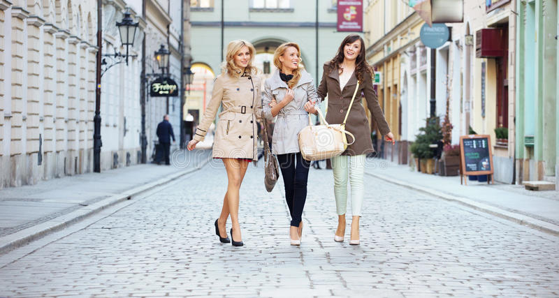 Damen, die in das Stadtzentrum gehen stockbild