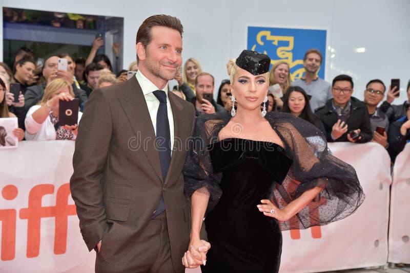 Damen Gaga och Bradley Cooper på premiären av en stjärna är född på Toronto den internationella filmfestivalen 2018 royaltyfri bild