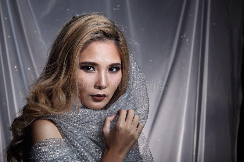 Damen i stjärnabakgrund med förhängegrå färgsilver blänker tygmummel royaltyfria bilder