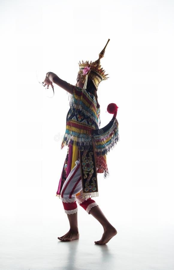 Damen i sydlig thai dräkt för klassisk dans poserar på wh fotografering för bildbyråer
