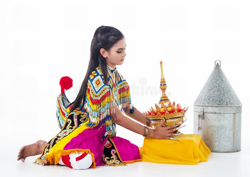 Damen i sydlig thai dräkt för klassisk dans trycker på huvudbonaden, förbereder för pålagt hennes huvud royaltyfria bilder
