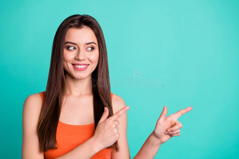 Damen-Jugendleute des nahen hohen Fotos zeigen reizend, die positive nette zufriedengestellt annoncieren, zu beschließen Anzeige  lizenzfreie stockfotos