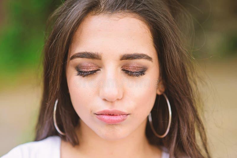 Damen kopplade av framsidasminkslutet synar med skimrande ögonskuggor Fyrkantig sammansättning Attraktiv ursnygg brunett för flic royaltyfri foto