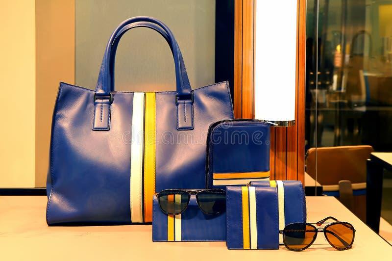 Damen Lederhandtasche, Geldbeutel und Zubehör lizenzfreies stockfoto