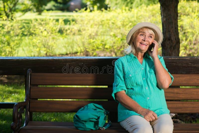 Damen med telefonen ler royaltyfri bild