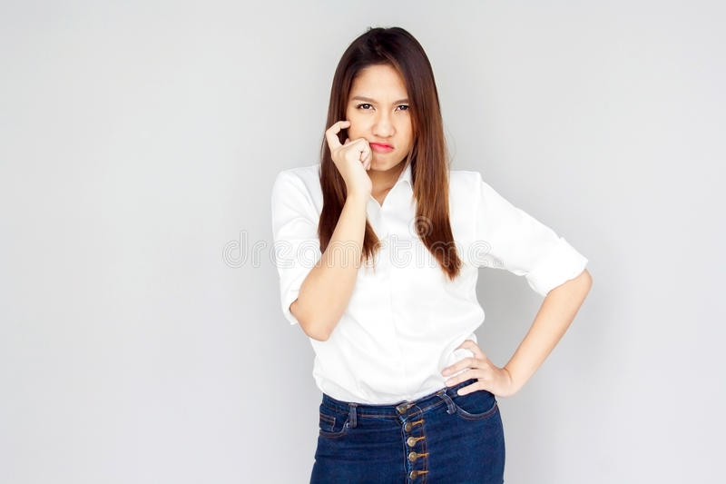 Damen-Showhandvoll des Porträts asiatische und denkende Aktion auf grauer ISO lizenzfreies stockbild
