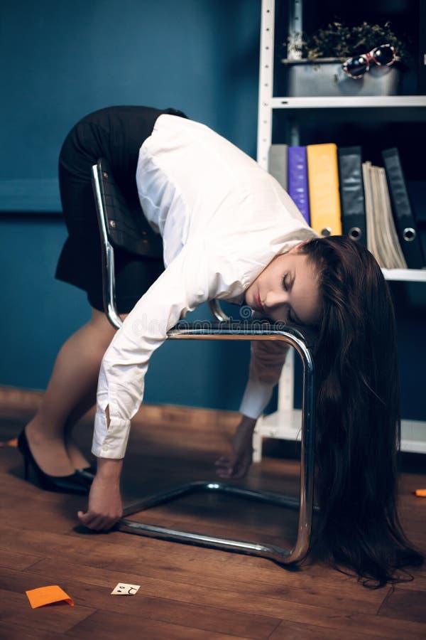 Damen som sover på stol i kusligt, poserar arkivfoto