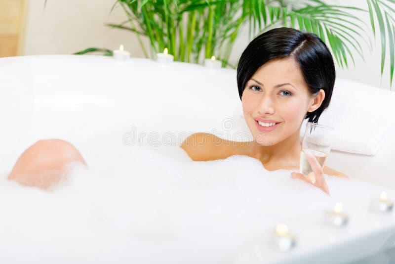 Download Damen Som Tar Ett Bad, Dricker Alkohol Arkivfoto - Bild av caucasian, fradga: 37345442