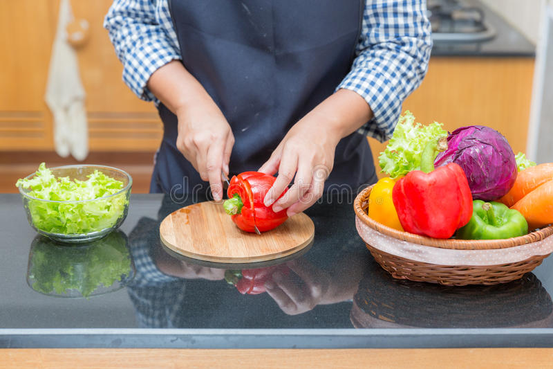 Damenchef, der Bestandteil vorbereitet, um Salat zu machen lizenzfreie stockfotografie