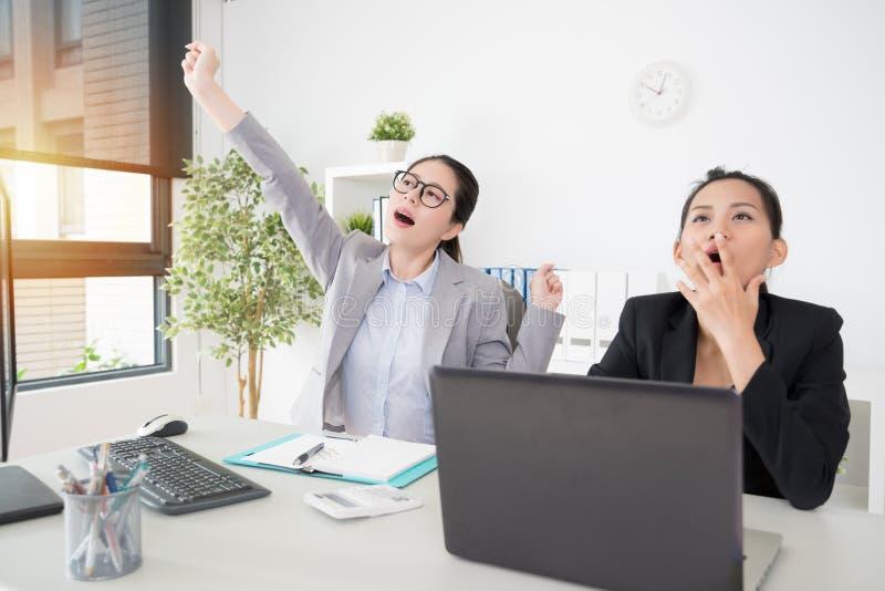 Damengefühl mit zwei asiatisches Geschäftsfrauen ermüdet stockbild