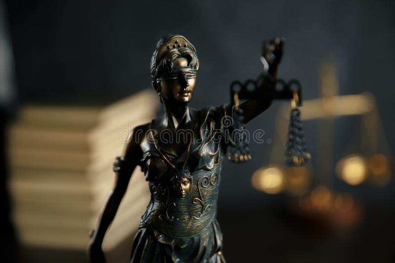 Damengerechtigkeit, Themis, die Statue von Gerechtigkeit im Himmel Rechtsanwaltgerichtsrechtsanwalt-Richtergerichtssaal lizenzfreie stockfotografie