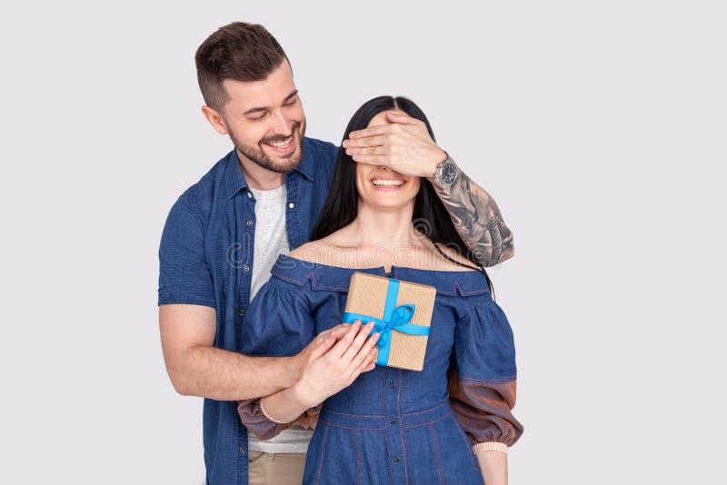 Damenkerlfell-Augenvermutung des nahen hohen Fotos tragen erstaunliche, der Spiel Romanze Überraschungsgriff großes giftbox vorbe stockfotos