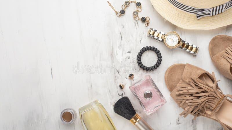 Damenmodezus?tze und Kosmetik legen flach Gl?ser, Schuhe, Palette, Lippenstift, Uhren, Pulver, Parf?m auf einem wei?en stockfotografie