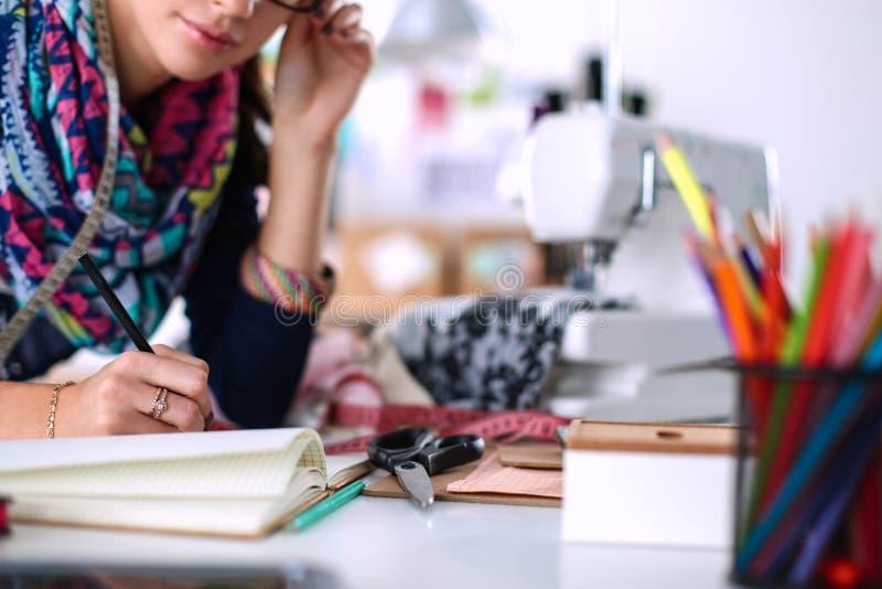 Damenschneiderin, die Kleidungsmuster auf Papier entwirft stockfoto
