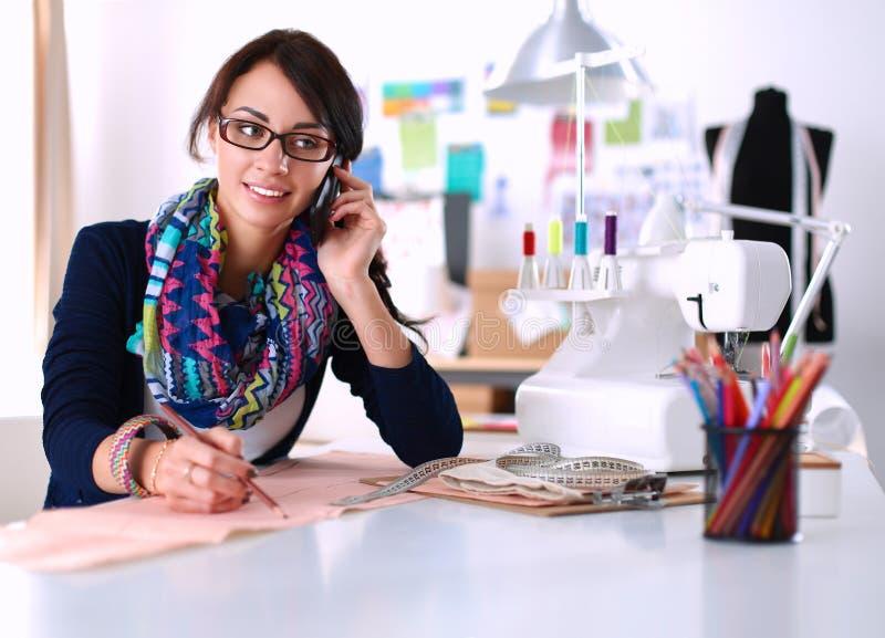 Damenschneiderin, die Kleidungsmuster auf Papier entwirft stockfotos