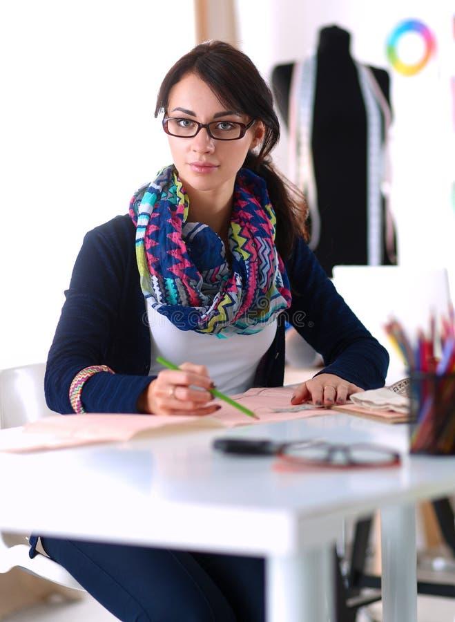 Damenschneiderin, die Kleidungsmuster auf Papier entwirft lizenzfreies stockfoto