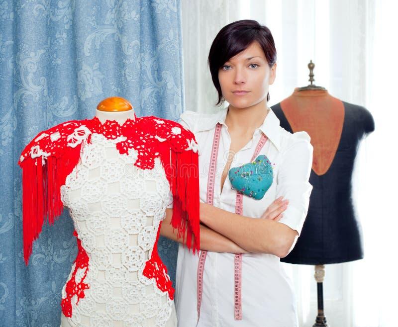 Damenschneiderin mit dem Mannequin, das zu Hause arbeitet lizenzfreies stockfoto