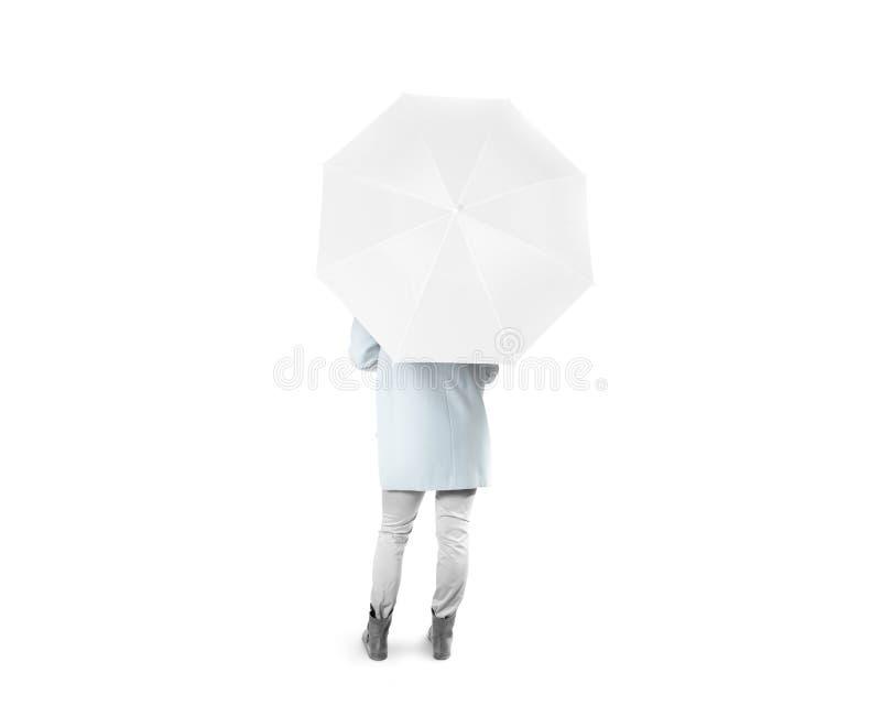 Damenstand rückwärts mit weißem leerem Regenschirm öffnete Modell stockbilder