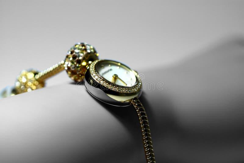 Damenuhr auf Handgelenk A stockfotografie