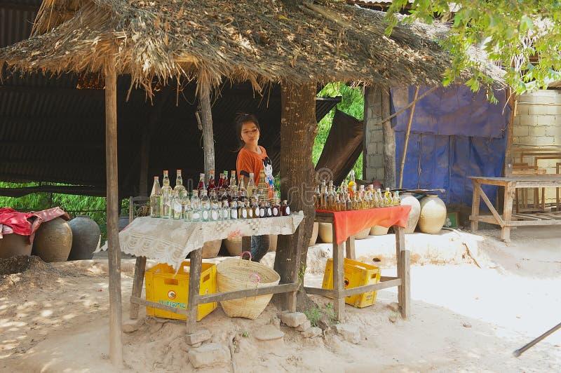 Damenverkaufsflaschen mit am Ort produziertem Reisalkohol in einem Straßenshop im Verbot Xabg-Heu-Dorfgasthaus Luang Prabang, Lao stockfotos