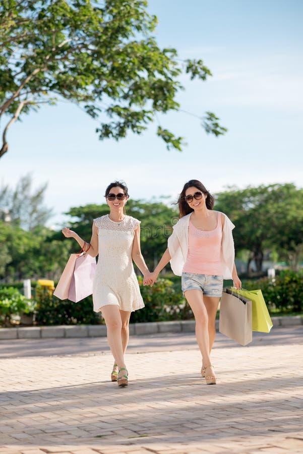 Damer med shoppingpåsar royaltyfri bild
