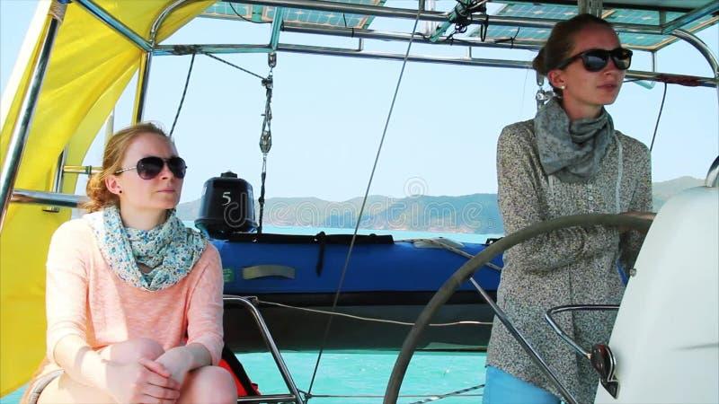 Damer på yachten arkivfilmer