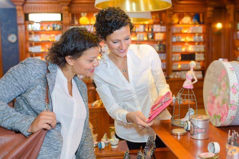 Damer som ser sömnadsatsen shoppar in fotografering för bildbyråer