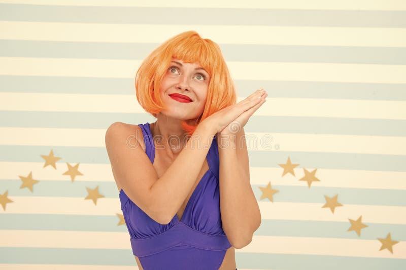 Damerood of gemberpruik het stellen in blauwe kleding Het concept van actricevaardigheden Vrouw die leuke emotionele uitdrukking  stock foto's
