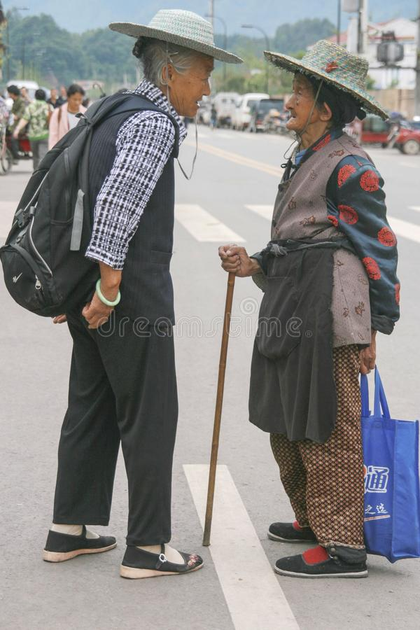Dames âgées causant dans la ville antique de shangli photo stock