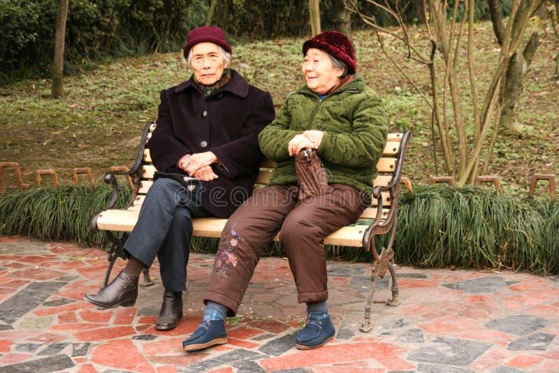 Dames âgées causant dans le chengfei se garent, Chengdu, porcelaine photographie stock libre de droits