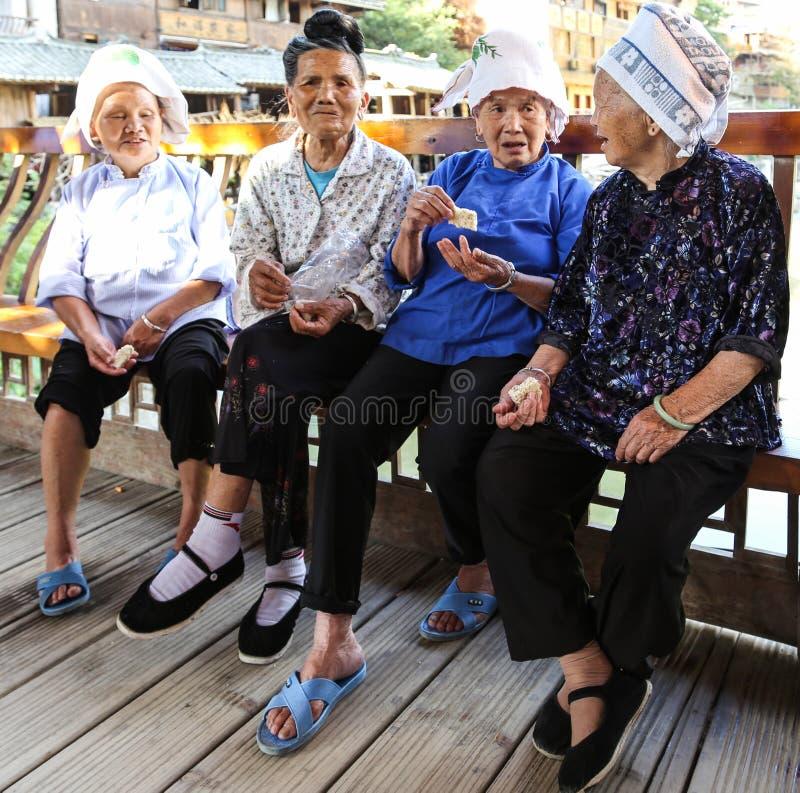 Dames âgées causant dans le village de miao de xijiang, Guizhou, porcelaine photo libre de droits