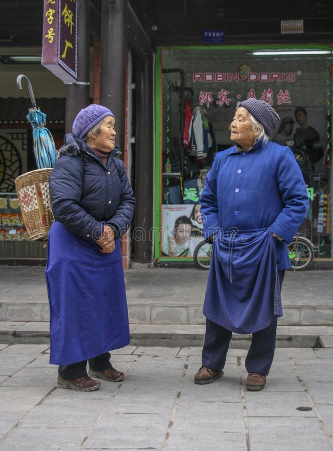 Dames ?g?es causant dans une ville, Sichuan, porcelaine photographie stock libre de droits
