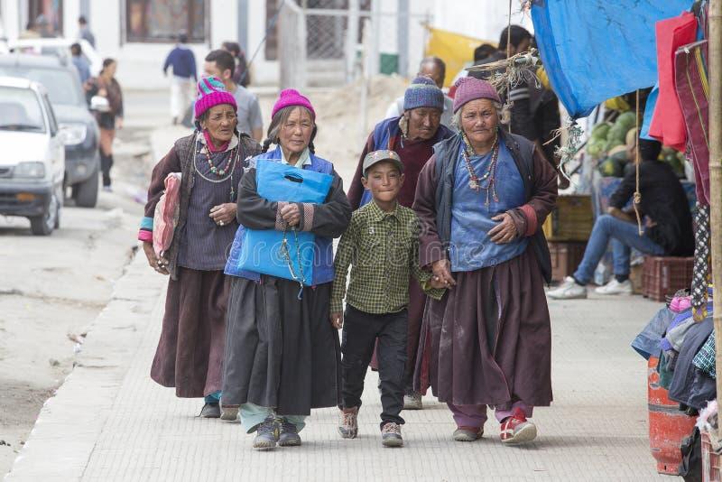Dames âgées et garçon bouddhistes tibétains sur les rues dans Leh Ladakh, Inde du nord image libre de droits