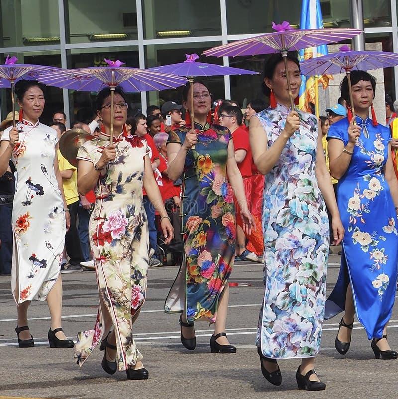 Dames asiatiques dans la robe traditionnelle dans le défilé de KDays image libre de droits