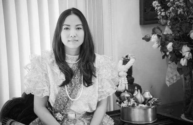 Dames dans le style traditionnel thaïlandais de cru de mode le règne du Roi Rama V à la route d'Inthamara, Bangkok, Thaïlande images stock