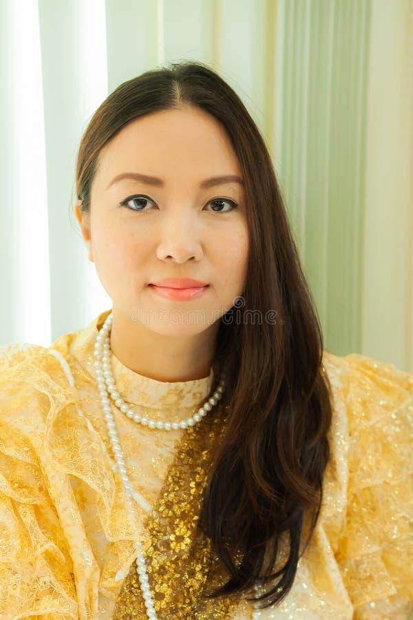 Dames dans le style traditionnel thaïlandais de cru de mode le règne du Roi Rama V à la route d'Inthamara, Bangkok, Thaïlande images libres de droits