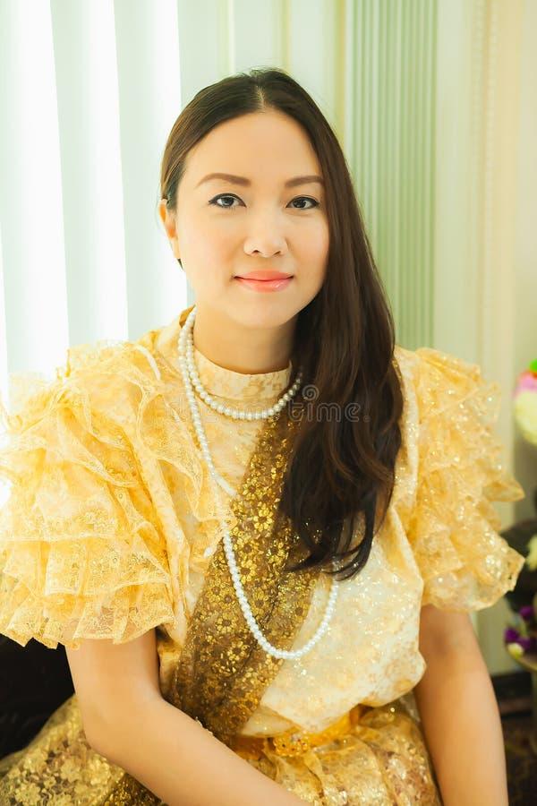 Dames dans le style traditionnel thaïlandais de cru de mode le règne du Roi Rama V à la route d'Inthamara, Bangkok, Thaïlande photo libre de droits
